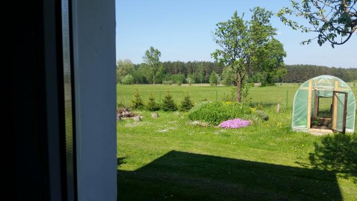 Widok z okna łazienki domek 2 z łazienki domku nr 1 taki sam