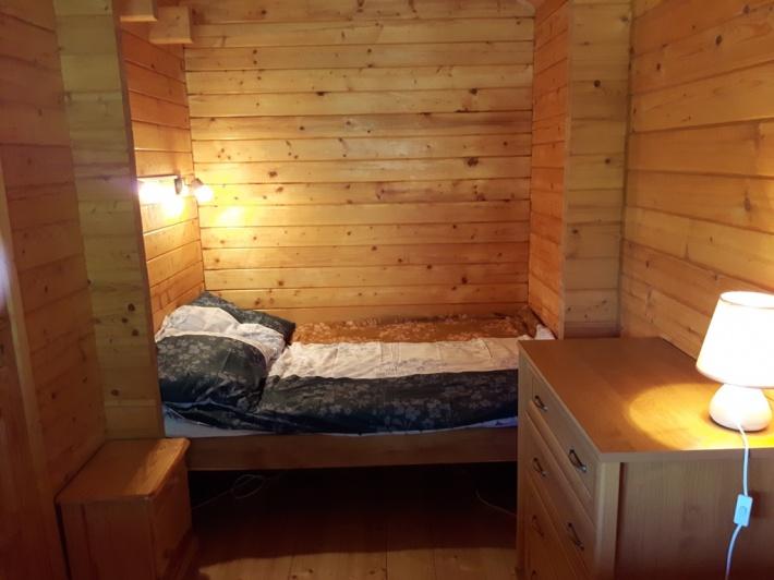 1 sypialnia na parterze domku.