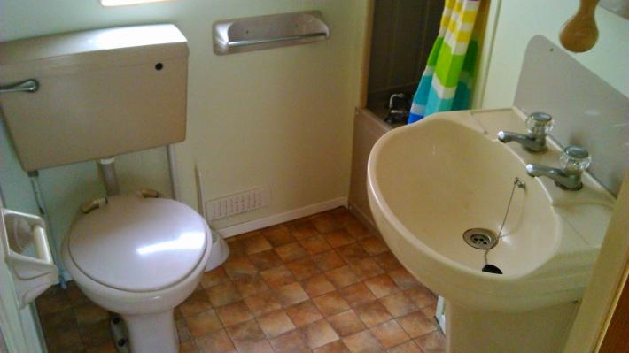 WC z umywalką i prysznicem