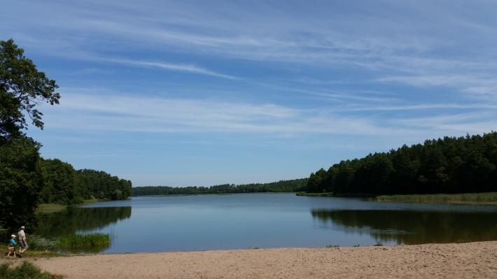 Jezioro z łagodnym zejściem do wody