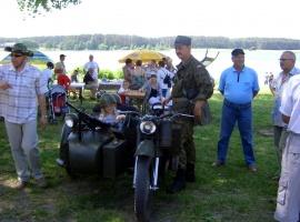 W programie pobytu przejażdżki zabytkowym wojskowym motocyklem