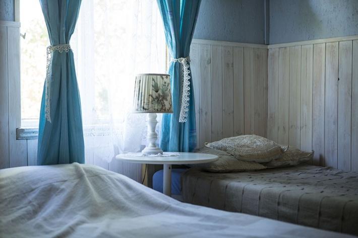 Sypialnia numer dwa Niebieska. Jest pokojem przechodnim do przedpokoju a z niego do łazienki. Łóżko podwójne i dwa pojedyńcze