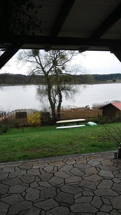 widok z tarasu na jezioro i furtkę na taras.