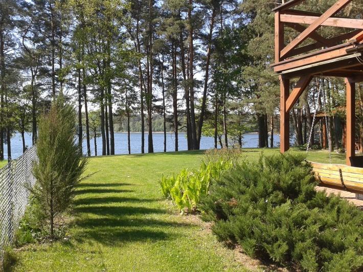 widok na jezioro z bramy wjazdowej