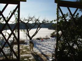Widok z kuchni na jezioro zimą.