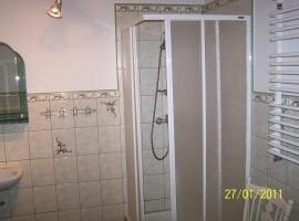 Duża łazienka z prysznicem, pralką automatyczną
